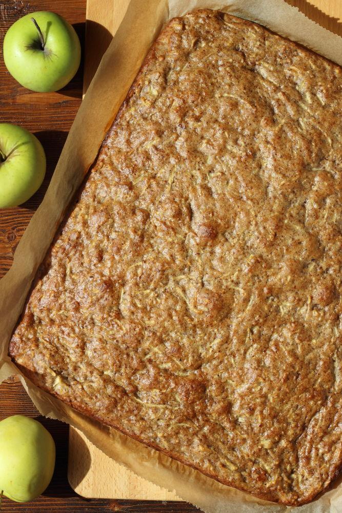 Almás diós sütemény a tepsiben, sütés után.