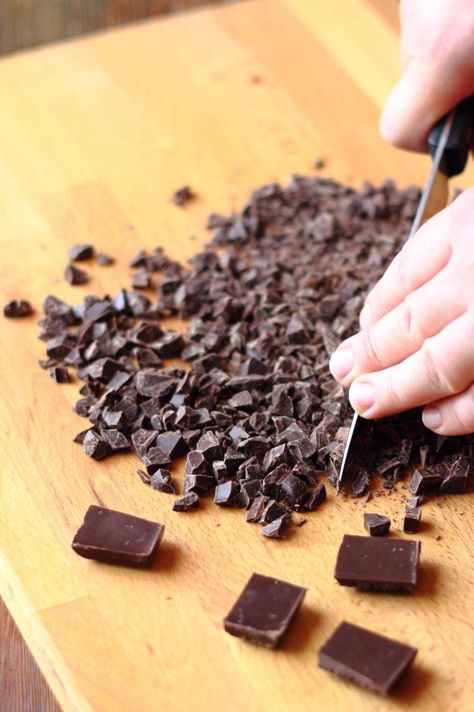 Csokis banános kuglófhoz csoki darabolás
