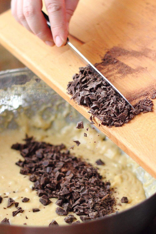 Csokis banános kuglófhoz csoki adagolás